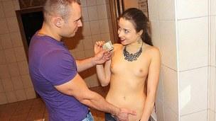 sucking brunette tenåring trimmet hardcore trekant blowjob doggystyle kjønn russisk
