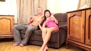 brunette amatør sofa kjønn tynn